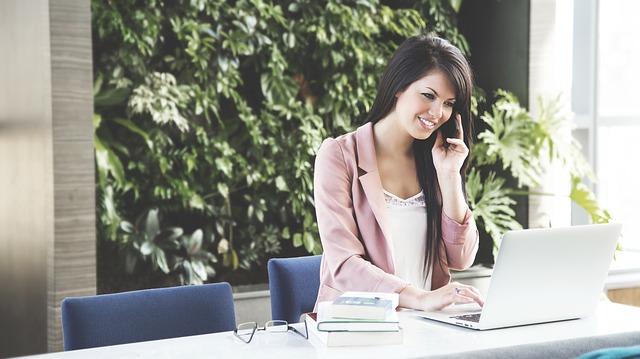 https://pixabay.com/de/frau-arbeiten-business-frau-laptop-690036/